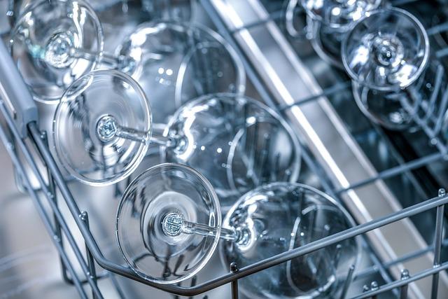 sklenice v myčcé nádobí