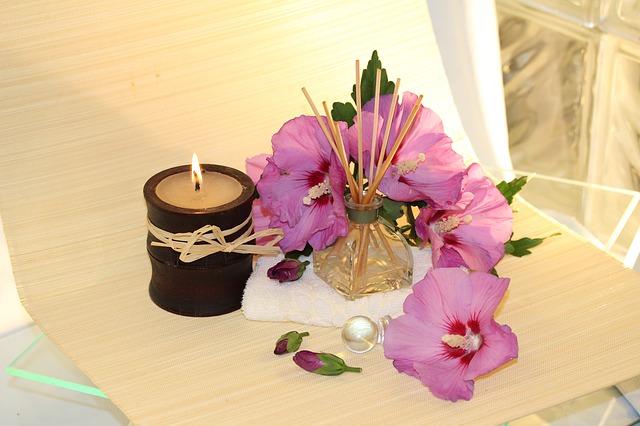 svíčka, květiny, vonné tyčinky