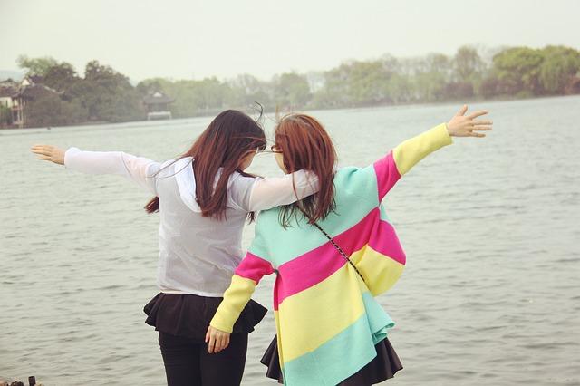 dvě ženy, jezero
