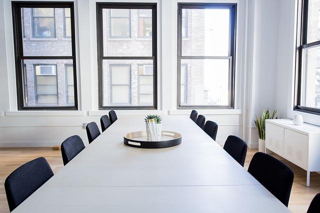 místnost, bílý stůl, tmavé židle