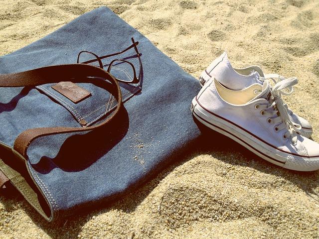 taška, brýle, boty, písek