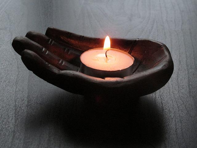 ruka, svíčka