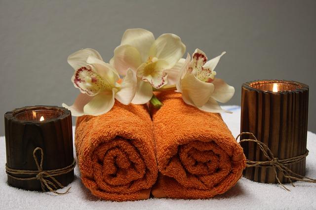 svíčky, ručníky orchidee