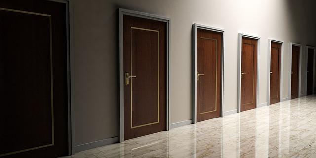 řada hnědých dveří