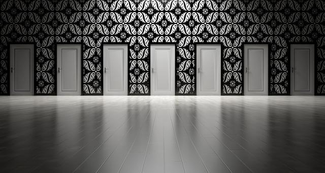 bílé dveře, černobílá tapeta, bílá podlaha