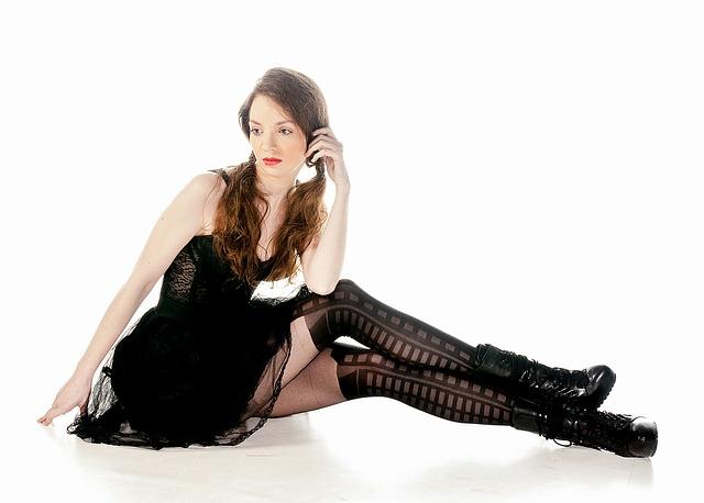 žena, culíky, černé oblečení
