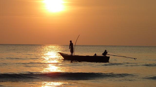 slunce, voda, loďka, rybáři