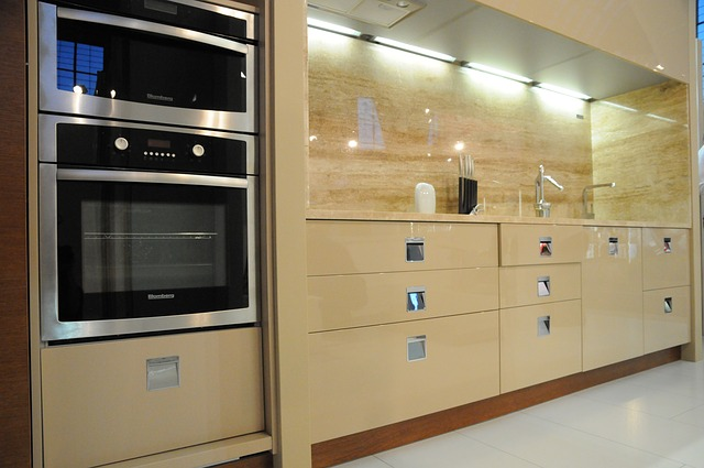 lesklá kuchyň