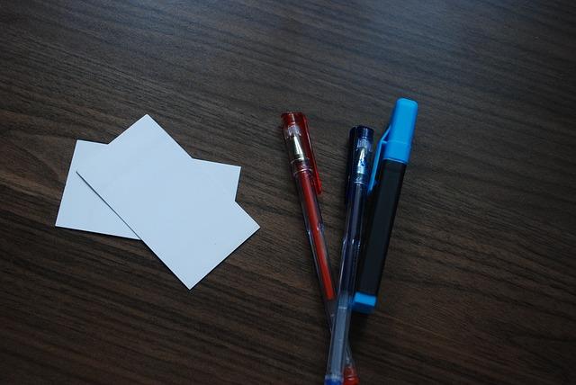 papírky, propisky, dřevo, zvýrazňovač