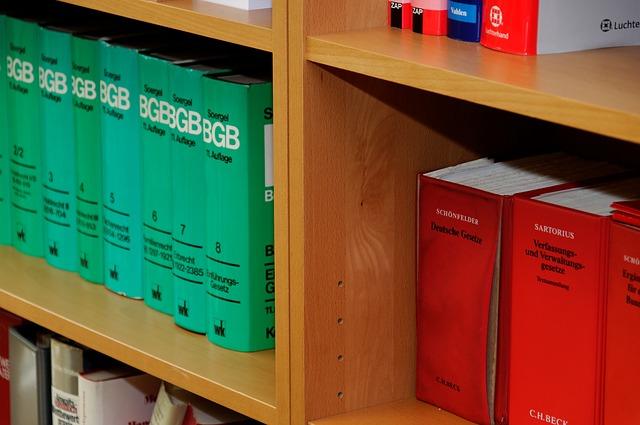 dřevěné police, knihy