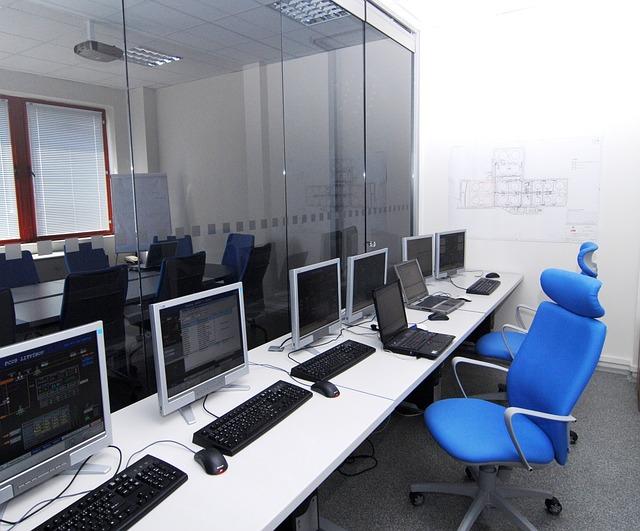 modré židle, monitory, kancelář
