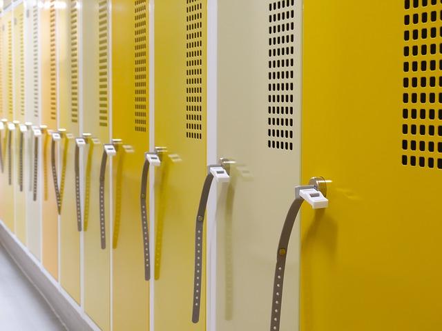 žlutobílé plechové skřínky