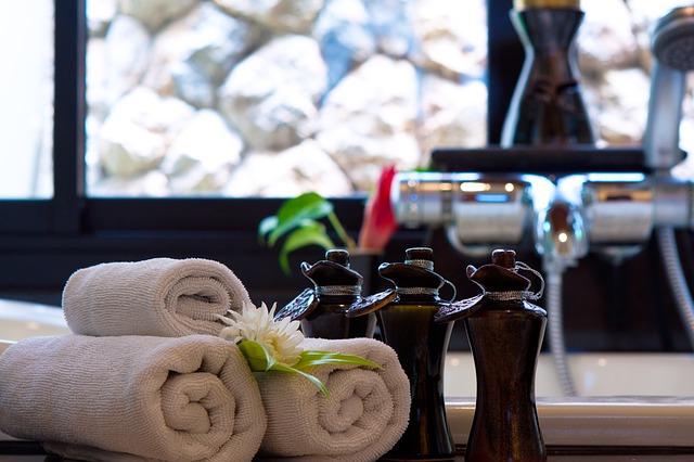 ručníky, lahvičky, vana
