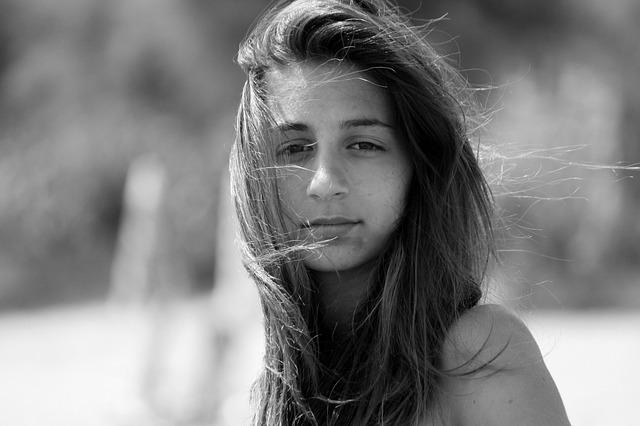 černobílá fotka, žena, vlasy