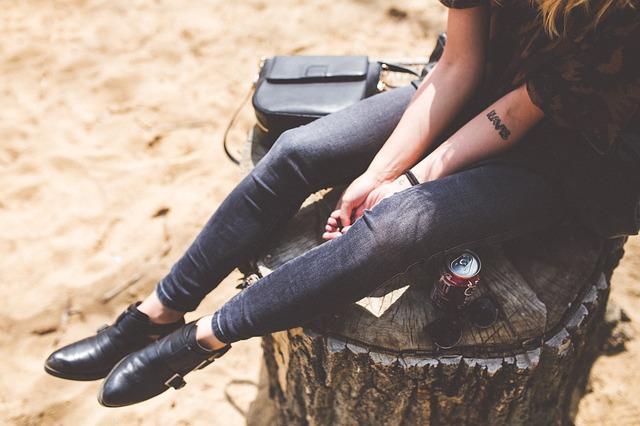 žena, pařez, plechovka, kabelka