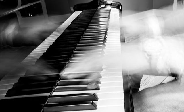 ruce na pianu