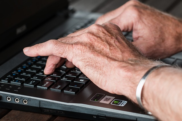 senior u počítače