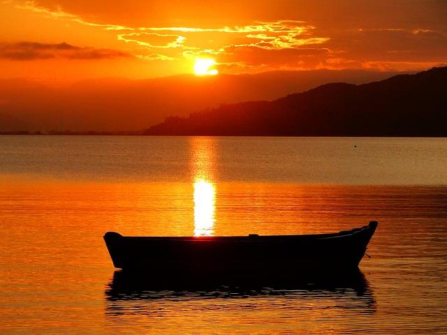 člun na hladině