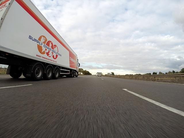 nákladní auto na silnici.jpg