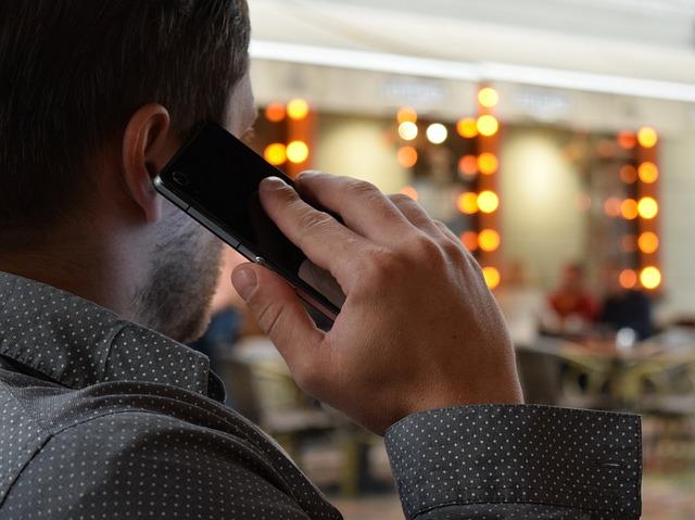 muž mluví do telefonu.jpg