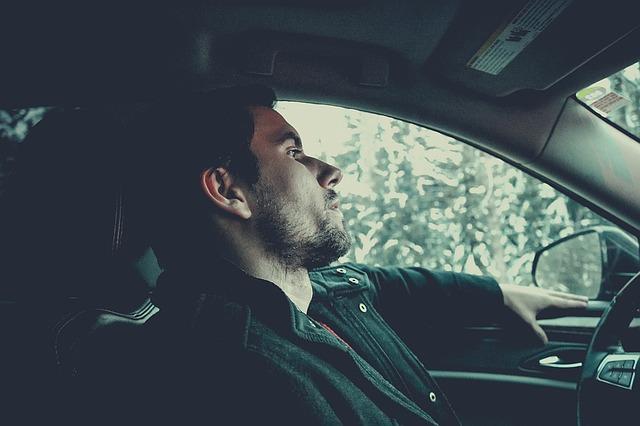 mladý muž za volantem.jpg