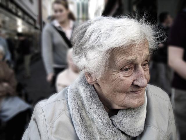 babička v kožichu