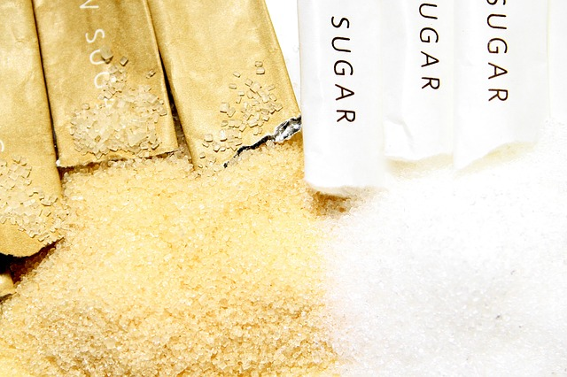 bílý a hnědý cukr