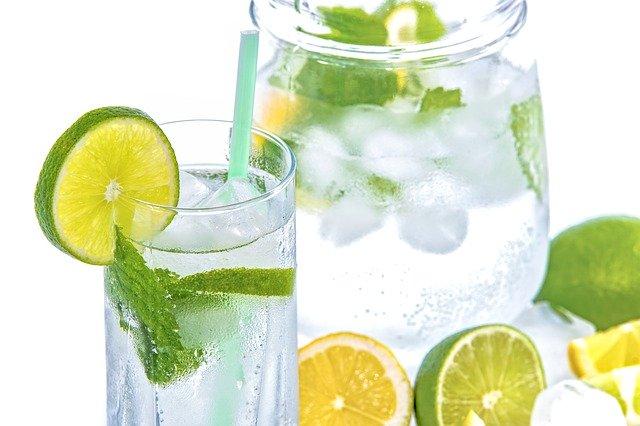 čistá pitná voda s mátou