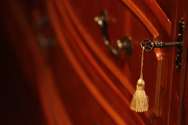 kovový klíč od skříňky, střapec