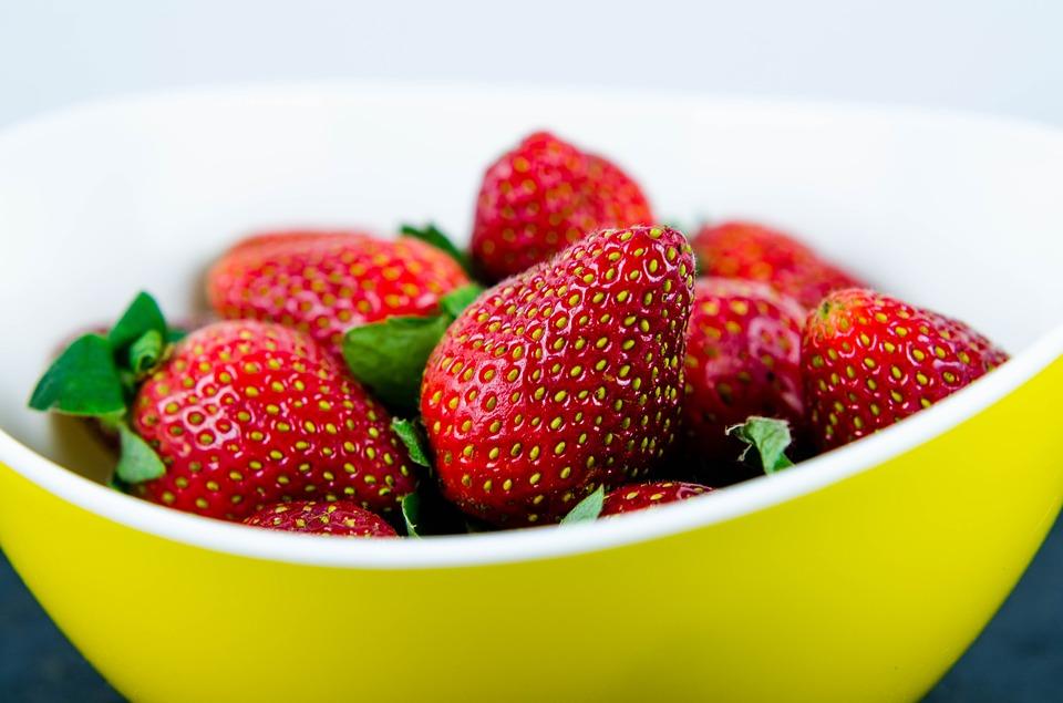 jahody v misce